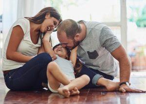 rodzina siedzi na podłodze